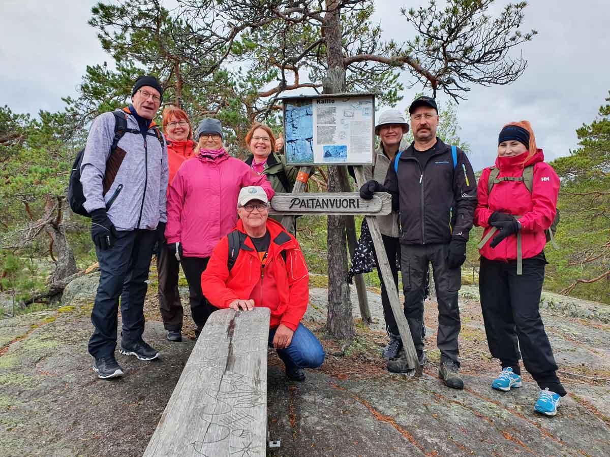Vaellusryhmä Paltavuorella Pukkipalon reitillä Kurjenrahkan kansallispuistossa.