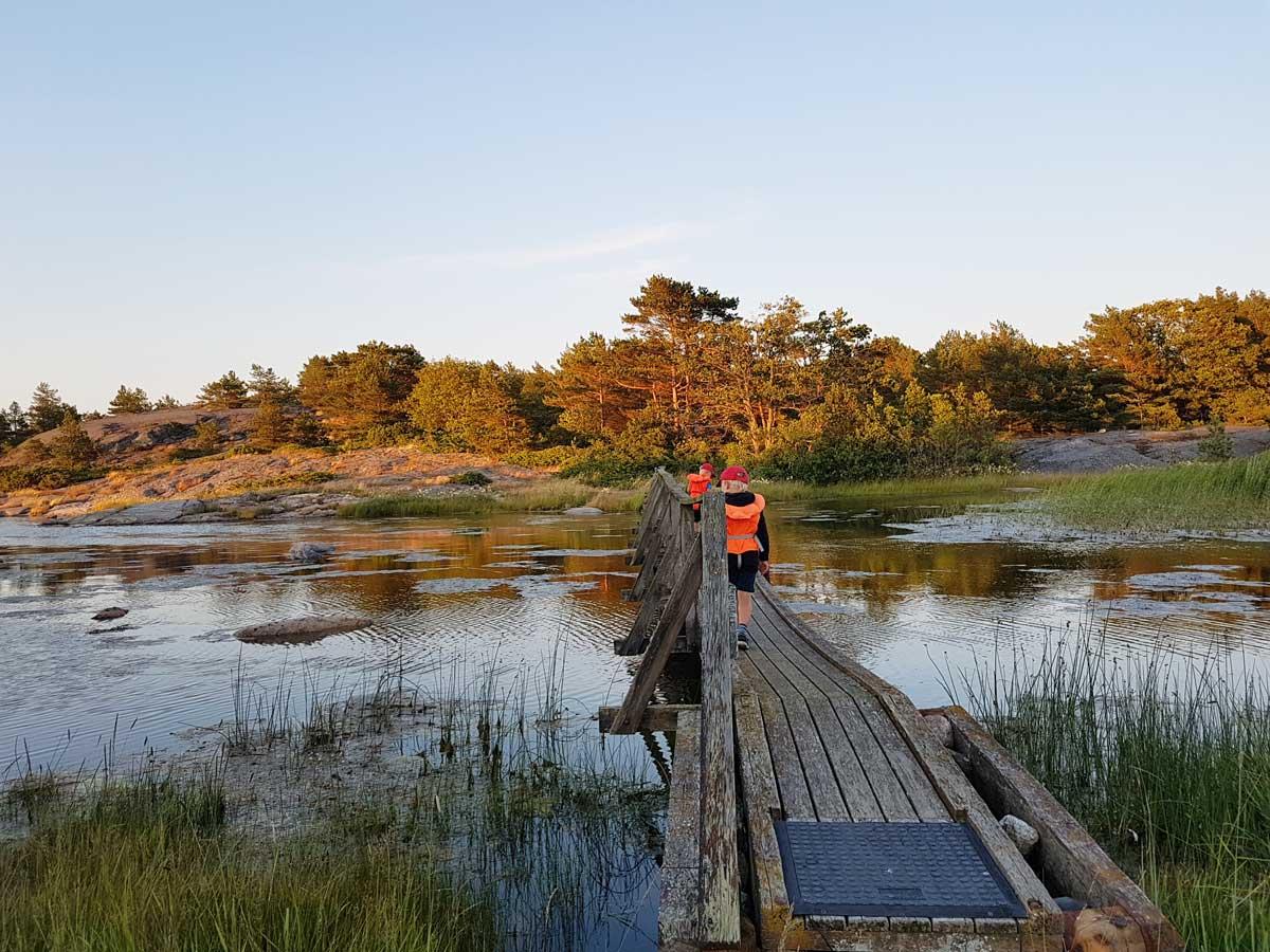 Konungskärin luontopolku ja saaria yhdistävä silta.