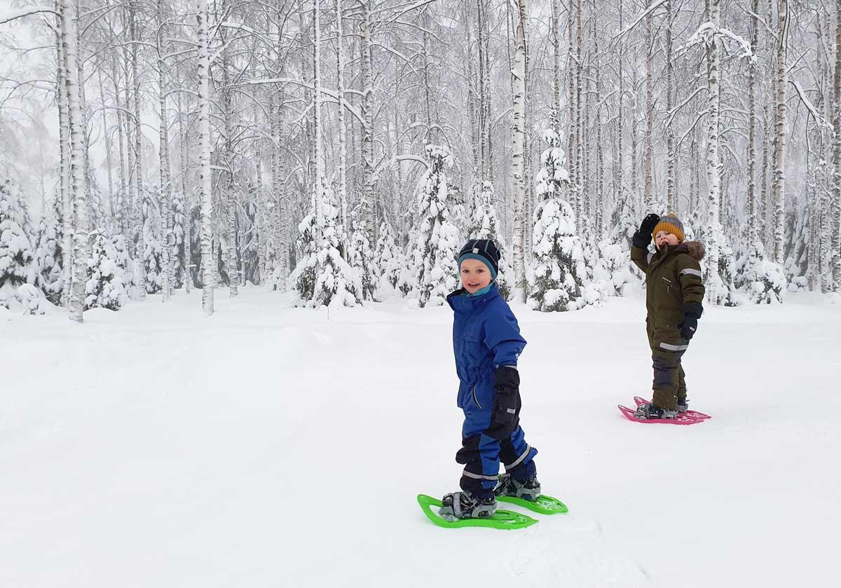 Lapset lumikenkäilevät mielellään talvella.